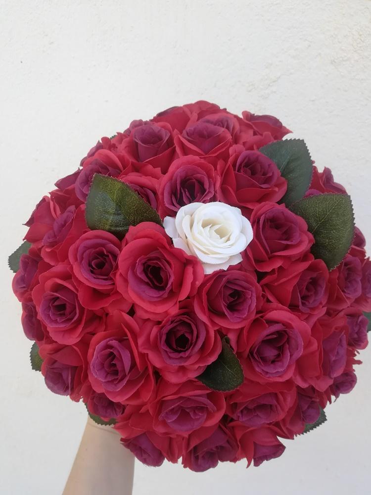 44 vörös és 1 fehér rózsa szülinapra